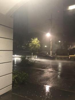 外は台風、中は火事。